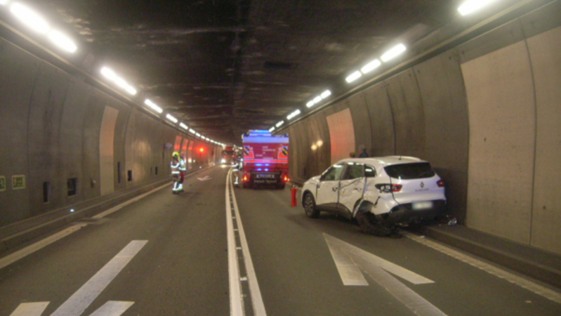 Auto crasht im Gotthardtunnel frontal in Car!